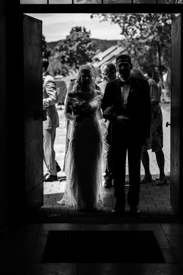 father and daughter side by side in the church, Andrea Schenke Photography, Wittlich, Hochzeitsfotograf