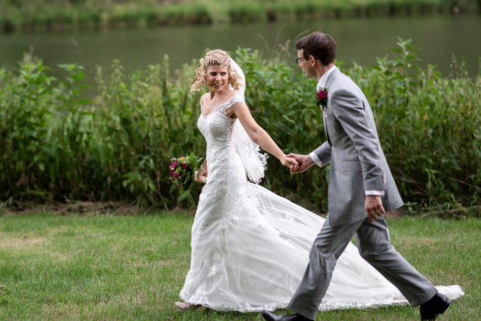 Wedding couple outdoor running , Hochzeitsfotograf Andrea Schenke Photography, Wittlich