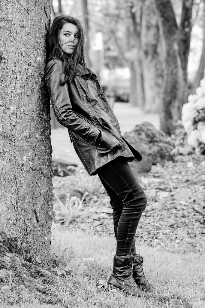 Ganzkörperportrait einer Frau im Park in schwarz-weiß