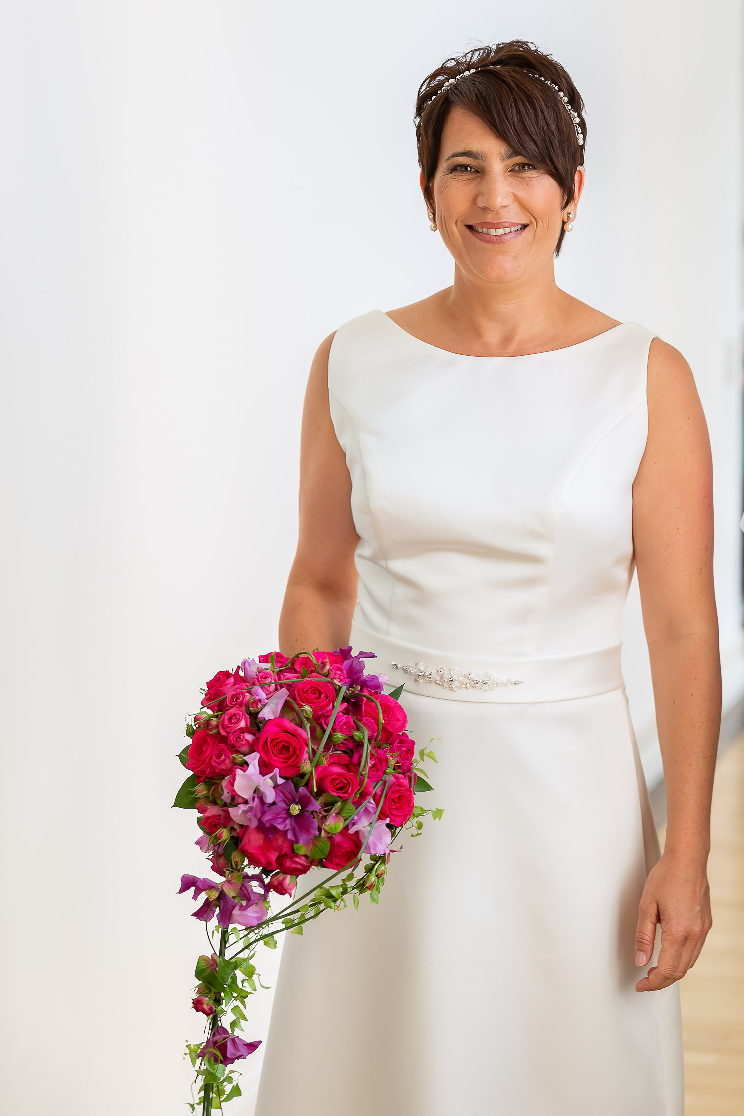Bride with flower, Schloss Weilerbach, Hochzeit, Wedding, Andrea Schenke Photography