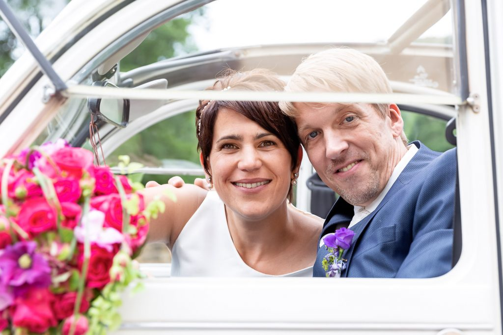 Wedding couple looking out of the car, Hochzeit, Wedding, Andrea Schenke Photography
