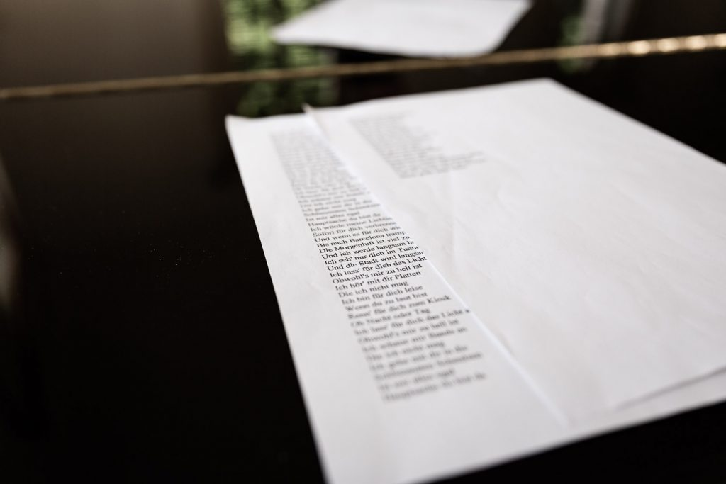 Sheets of paper with songtext , laying on a piano, Hochzeit, Schloss Weilerbach, Andrea Schenke Photography