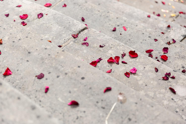 Wedding flower laying on the stone stepps, Schloss Weilerbach,Hochzeit, Wedding Andrea Schenke Photograohy