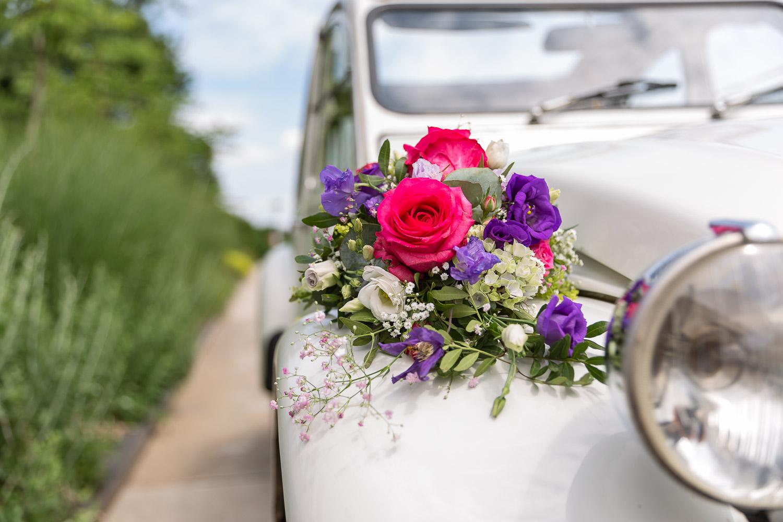 Weeding flower on the white wedding car, Hochzeit, Andrea Schenke Photography