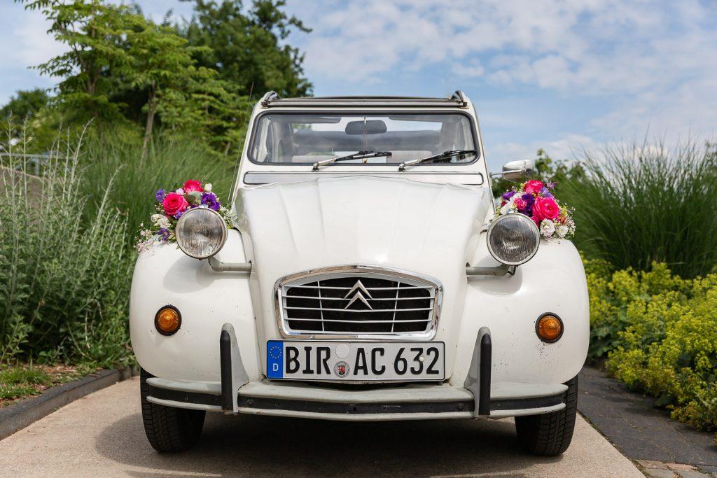 White wedding car with red flowers, Hochzeit, Wedding, Andrea Schenke Photography