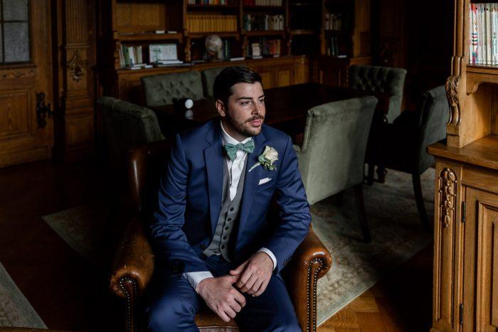 Hochzeit, Bräutigam, Schloss Lieser, Bibliothek, Portrait, Andrea Schenke Photography, wedding