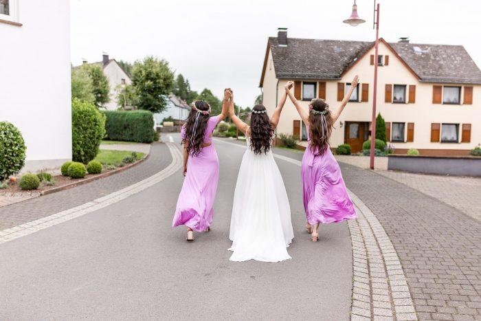 Braut und Trauzeuginnen, outdoor, auf der Strasse, Andrea Schenke Photography, Hochzeitsfotograf Wittlich