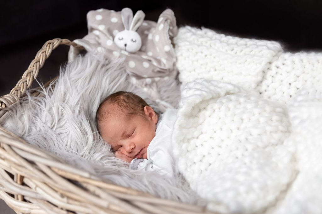 newborn baby sleeping in a basket, Andrea Schenke Photography, Wittlich