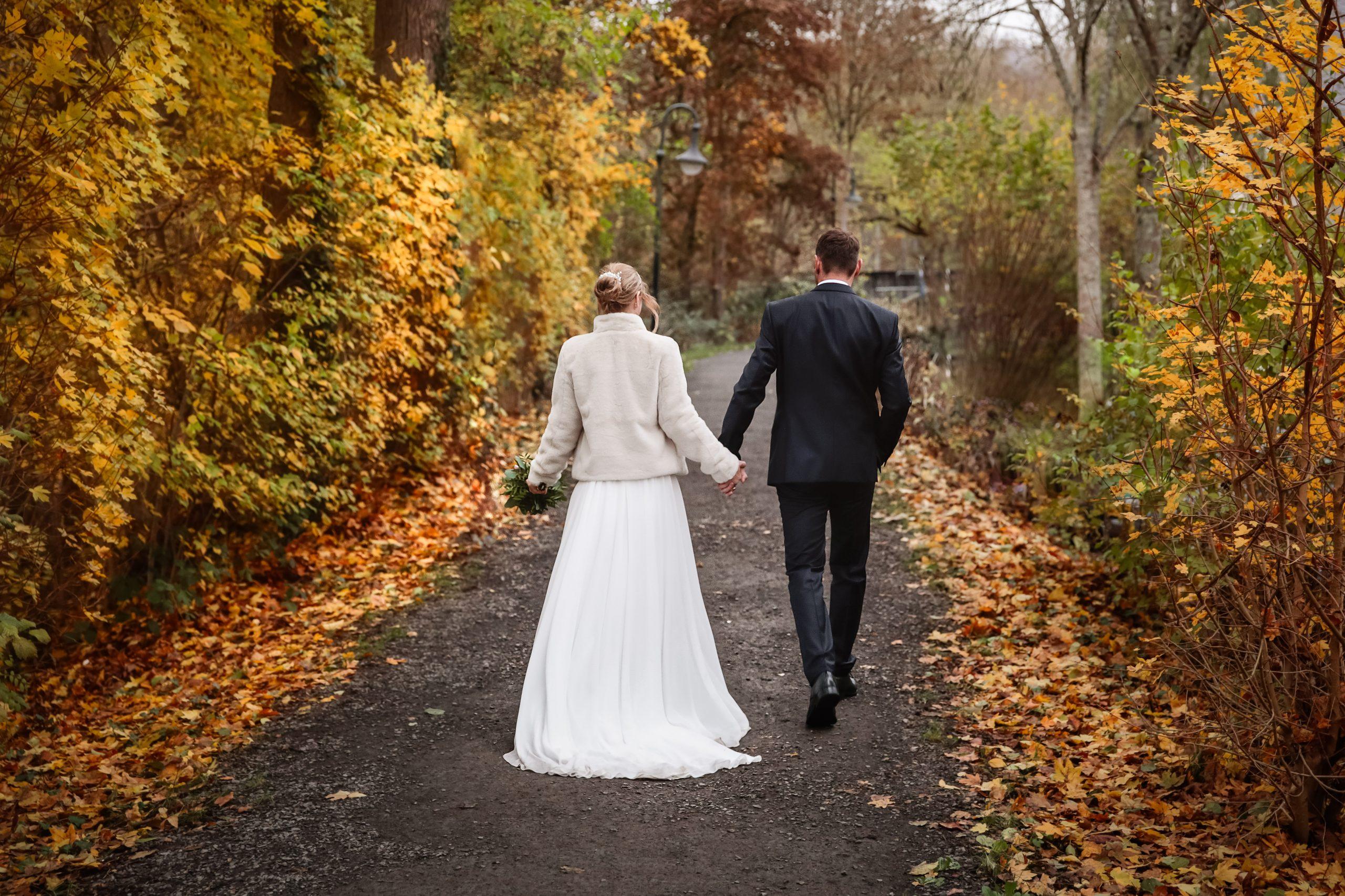 Brautpaar, Herbstlaub, Hochzeit