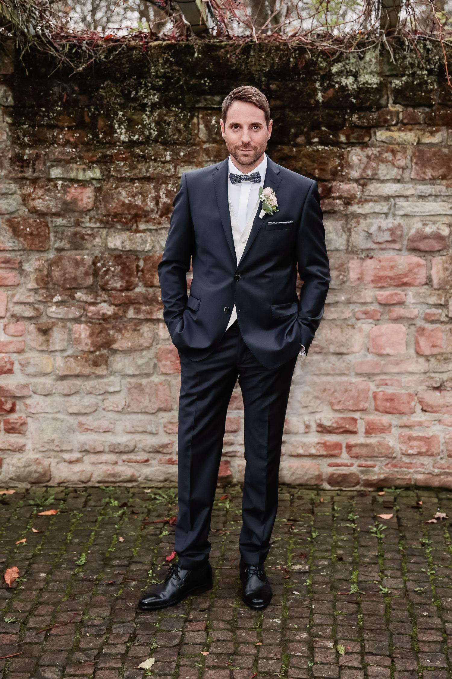 Hochzeit, Bräutigam, outdoor, Novemberhochzeit, Hochzeitsfotograf Wittlich, Andrea Schenke Photography