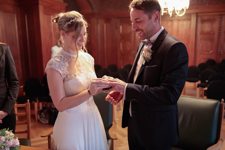 Hochzeit, Brautpaar, Ringtausch, Novemberhochzeit, Hochzeitsfotograf Wittlich, Andrea Schenke Photography