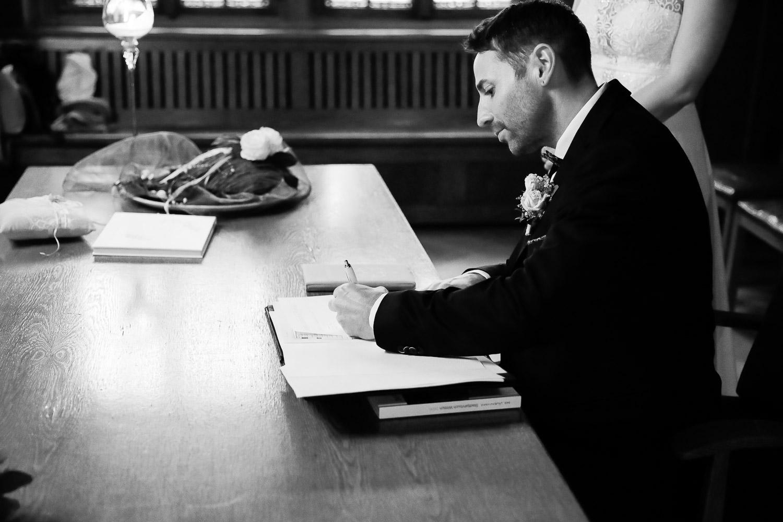 Hochzeit, Bräutigam, Unterschrift, Standesamt, Novemberhochzeit, Hochzeitsfotograf Wittlich, Andrea Schenke Photography
