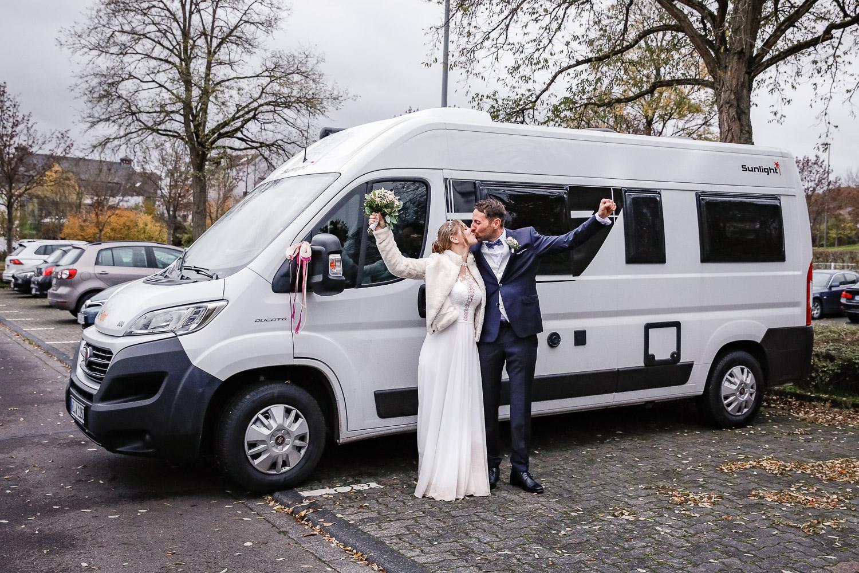 Hochzeit, Brautpaar, outdoor, Camper, Novemberhochzeit, Hochzeitsfotograf Wittlich, Andrea Schenke Photography