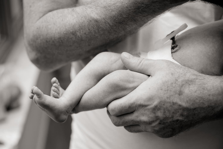 Newbornshooting, Baby und Vater, schwarz-weiß, Andrea Schenke Photography, Fotograf Wittlich